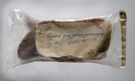Il s'agit de deux tranches de pain noir, conservées en avril 1942 par madame Chadefaux pour montrer à sa fille, alors toute jeune, ce que fut la vie à Nantes durant l'Occupation.
